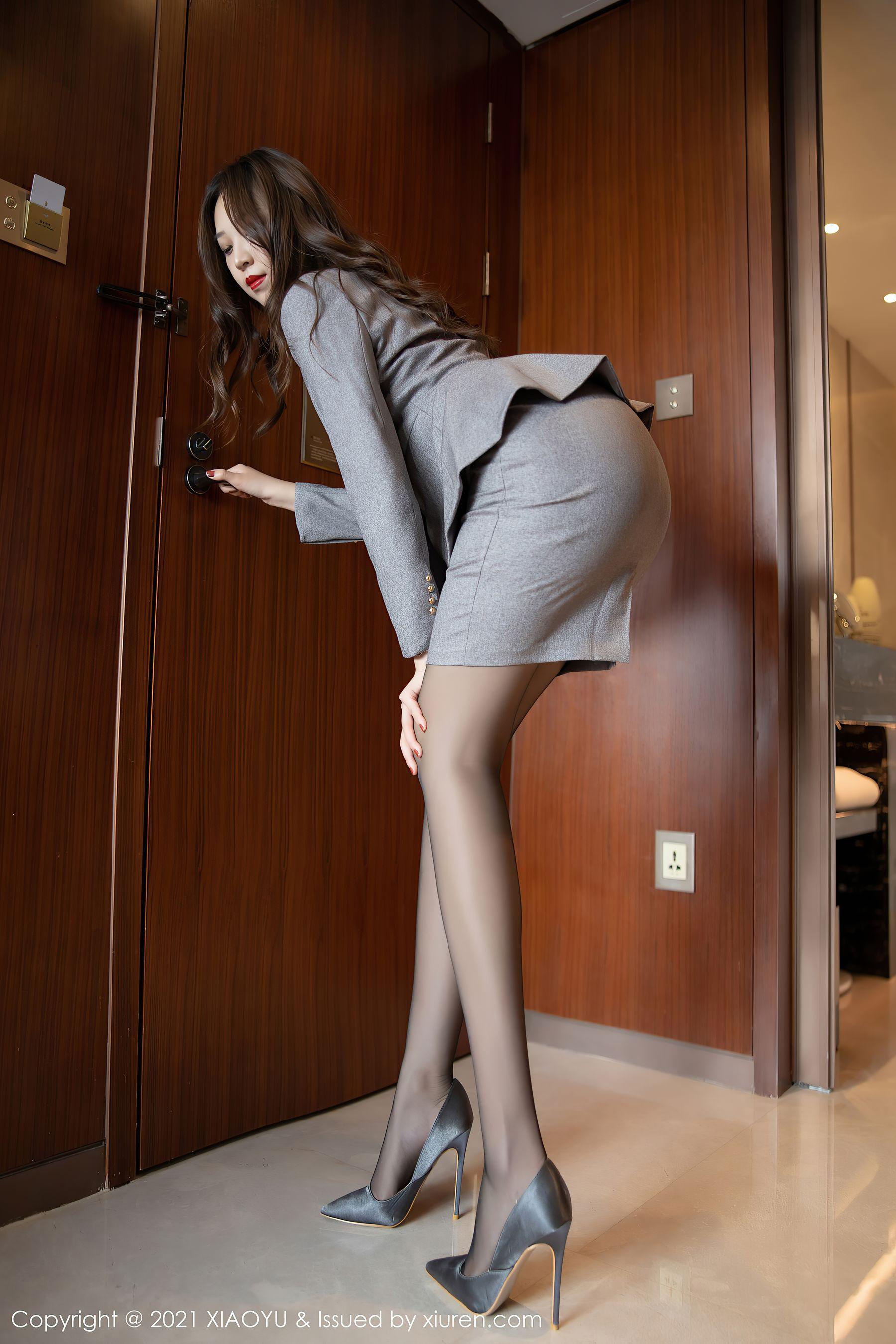 VOL.1560 [语画界]黑丝制服制服诱惑白领丽人:郑颖姗(郑颖姗Bev)超高清写真套图(90P)