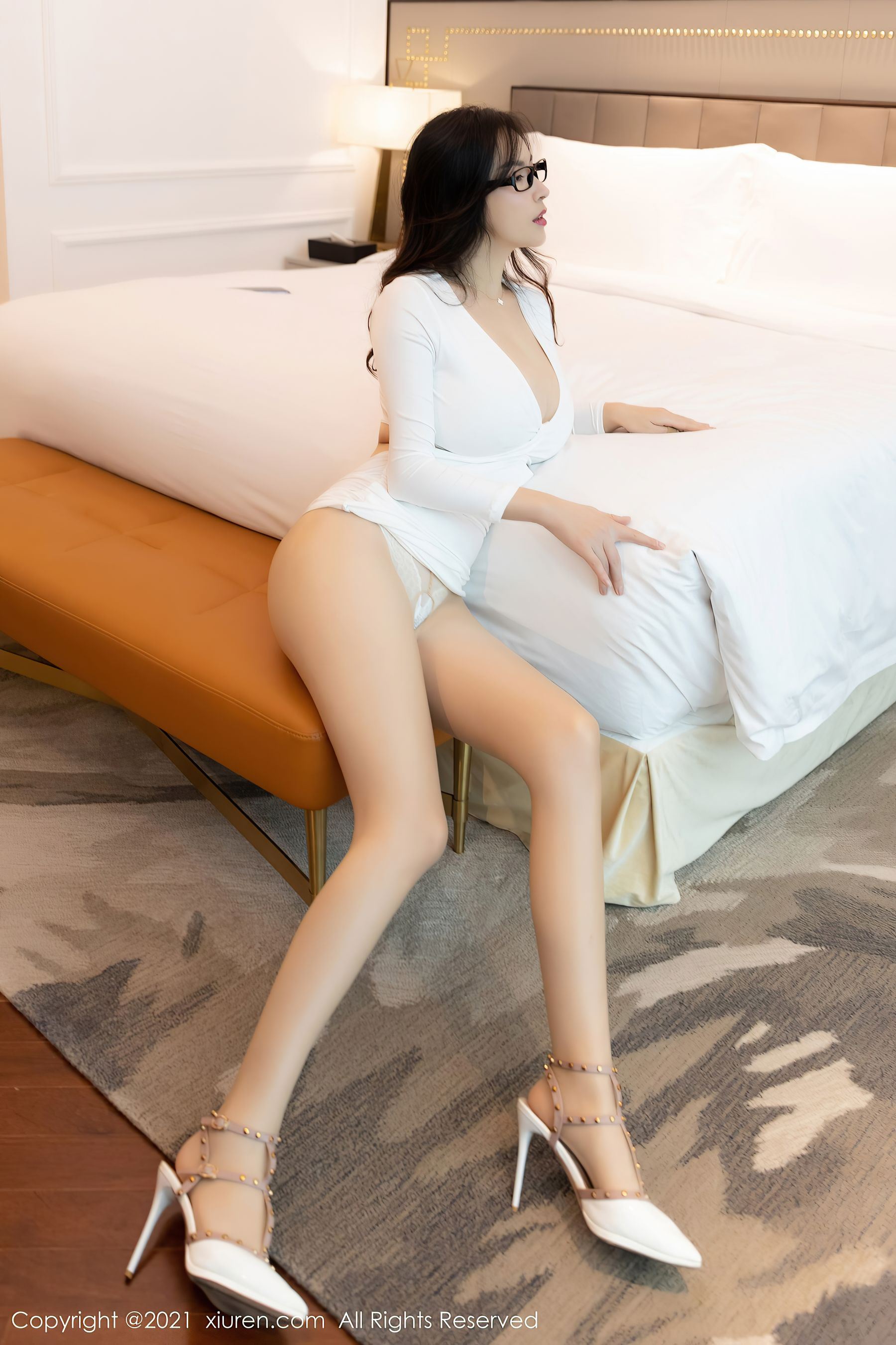 VOL.382 [秀人网]巨乳轻熟女眼镜娘:乔漫妮(乔漫妮mina,赵惟依)超高清写真套图(53P)