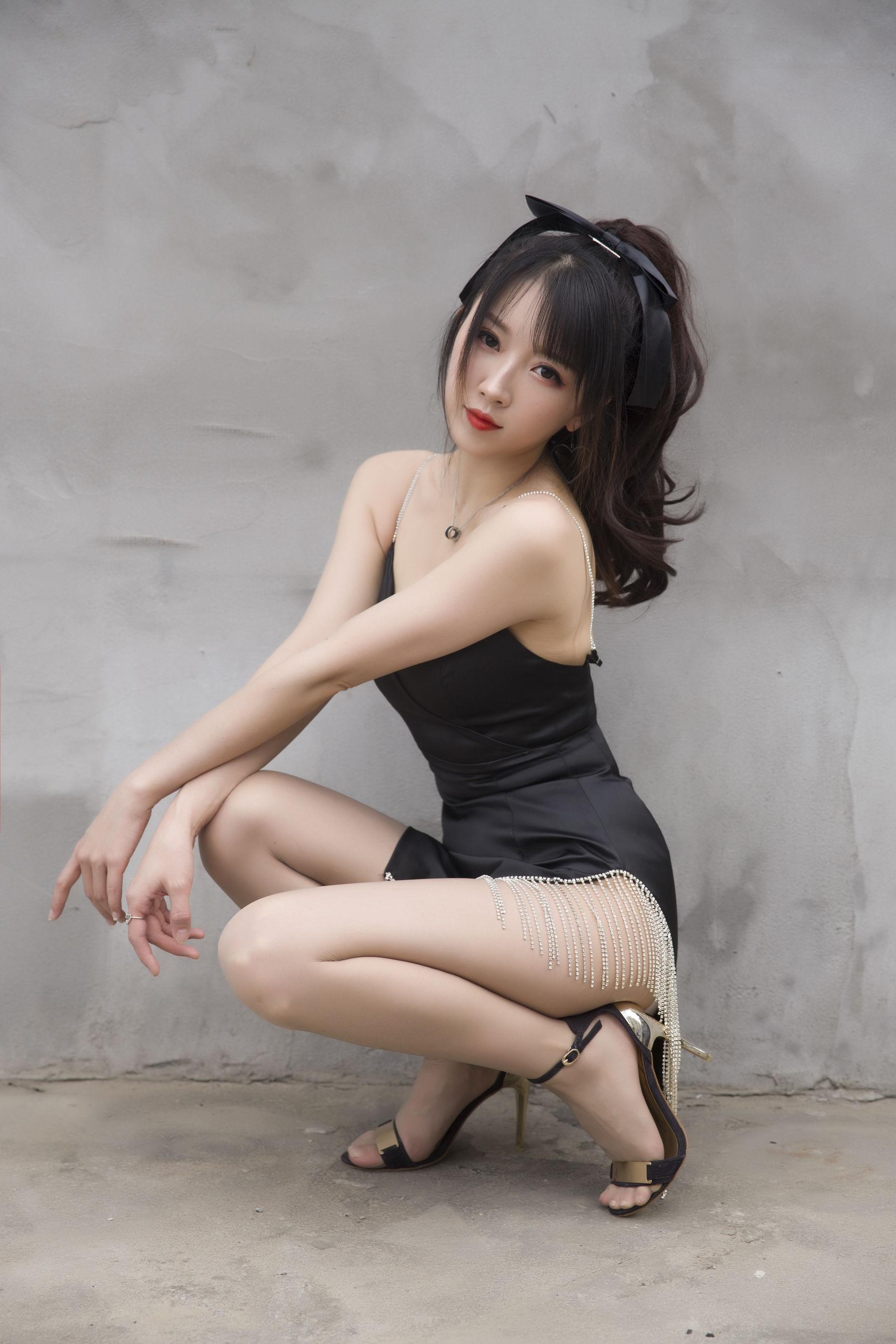 VOL.1246 [网络美女]丝袜女郎吊带:小女巫露娜高品质写真套图(32P)