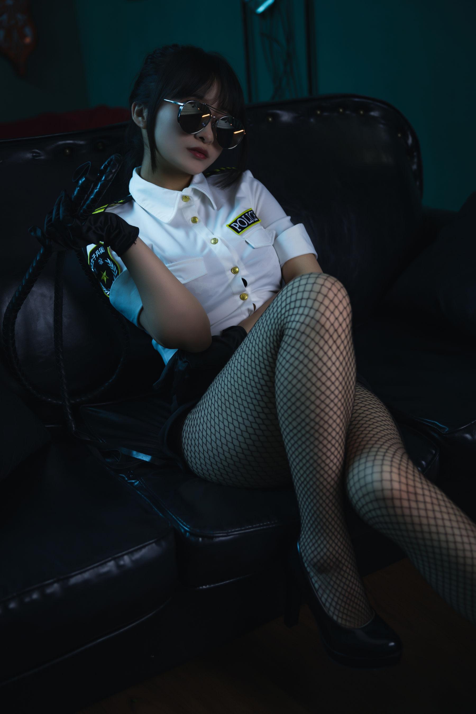 VOL.1613 [网络美女]女警情趣制服:洛璃LoLiSAMA超高清写真套图(22P)