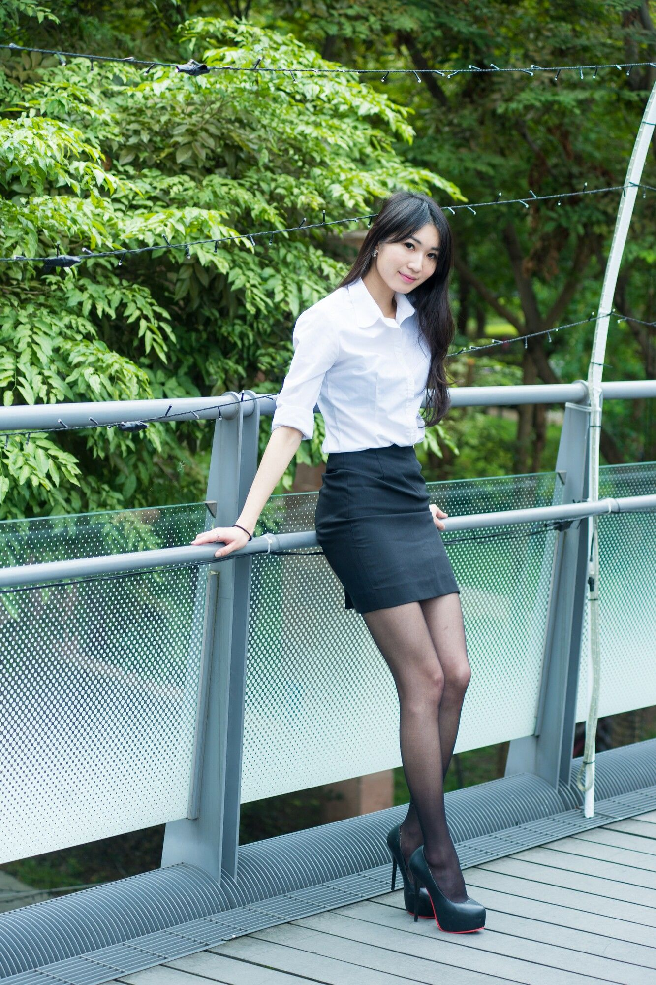 VOL.1269 [台湾正妹]丝袜美腿长腿美女街拍美臀黑丝制服:小梵超高清个人性感漂亮大图(37P)