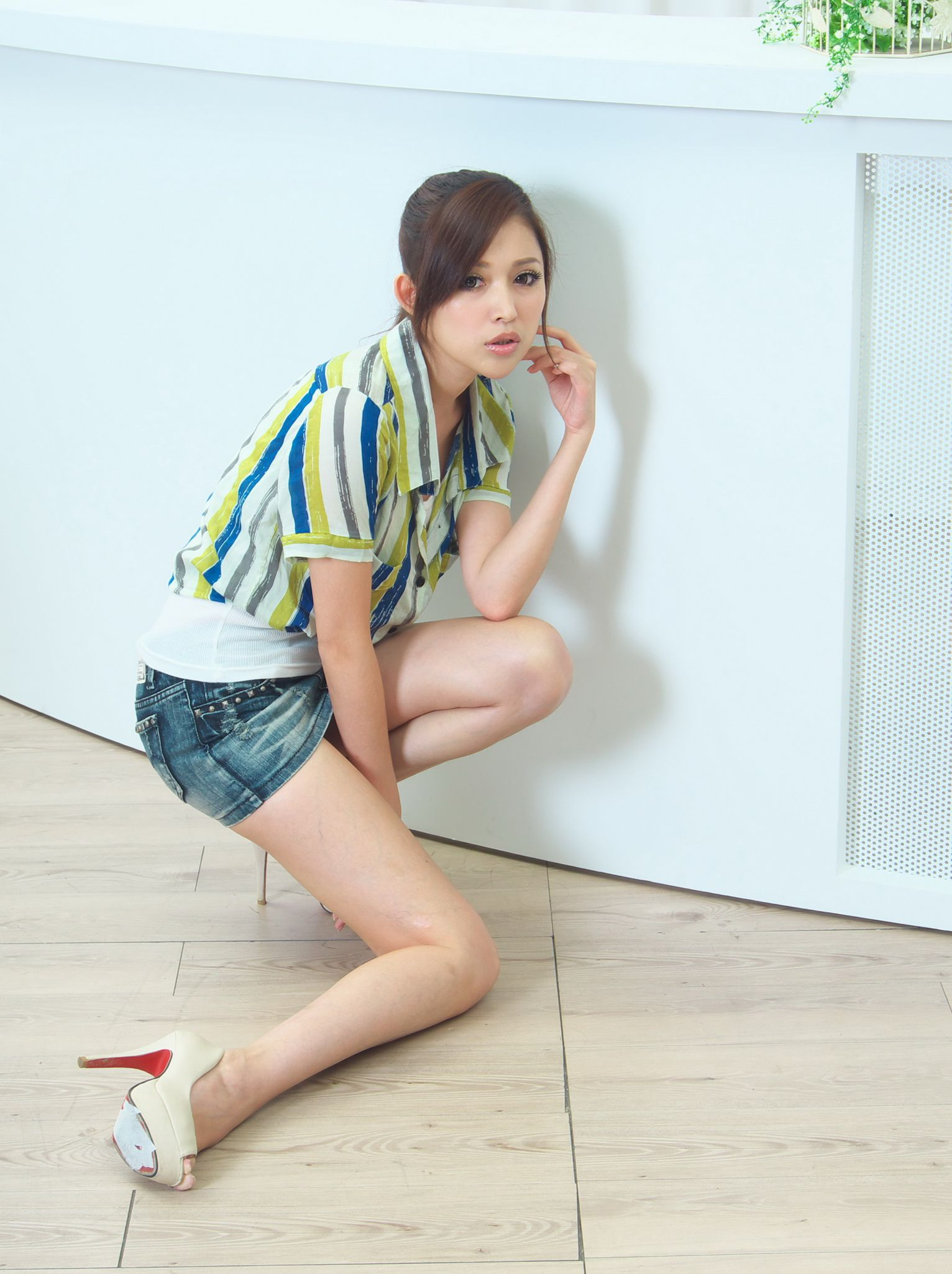 VOL.28 [网络美女]超短裙牛仔衬衫:杜可薇(腿模Avy,恬小鱼)高品质写真套图(34P)